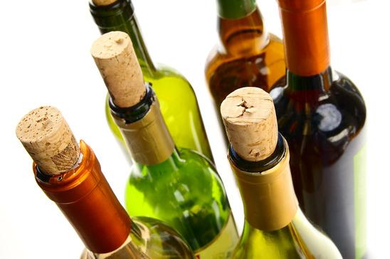nyitott boros palackok