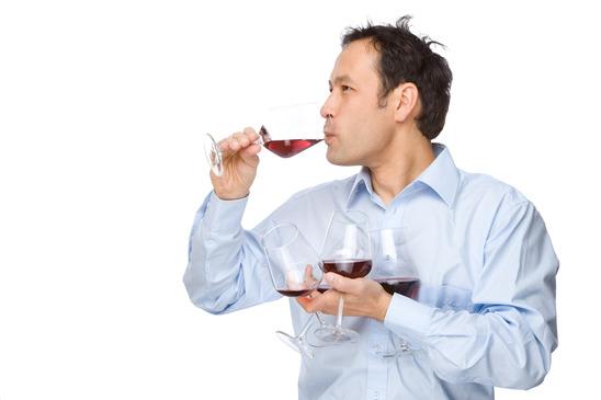 több bort kóstol